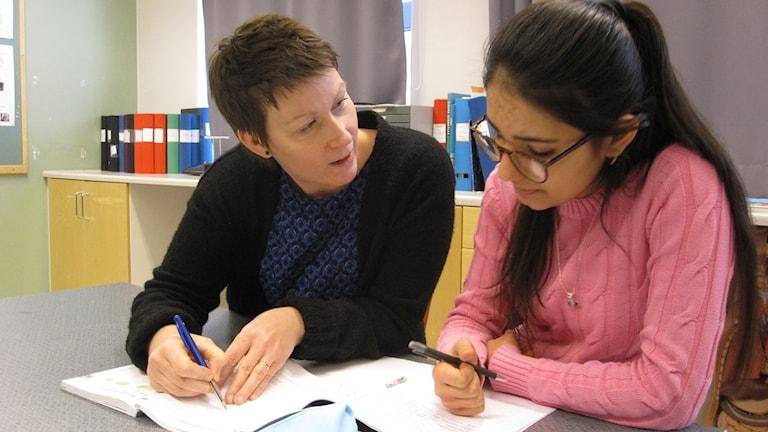 Läraren Ellinor Stenis och eleven Kolgen Mohamed från Syrien.