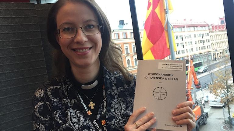 Kyrkomötet Sofija Pedersen Videke håller ett utkast till den nya kyrkohandboken