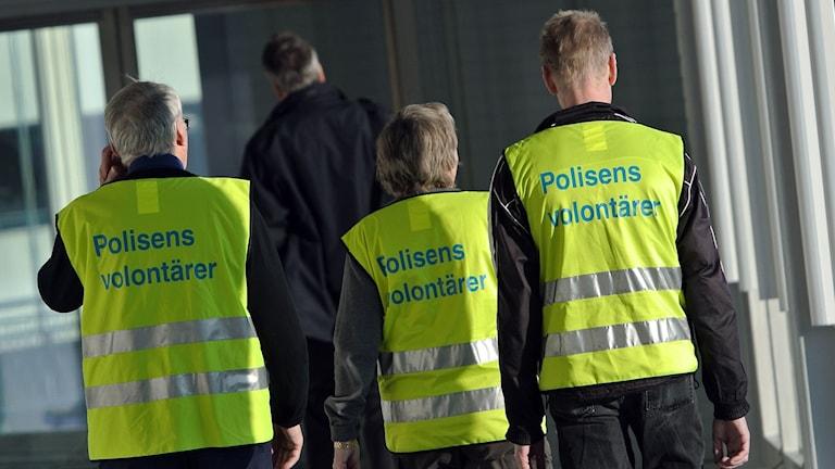 Tre av polisens volontärer fotograferade på Arlanda flygplats.