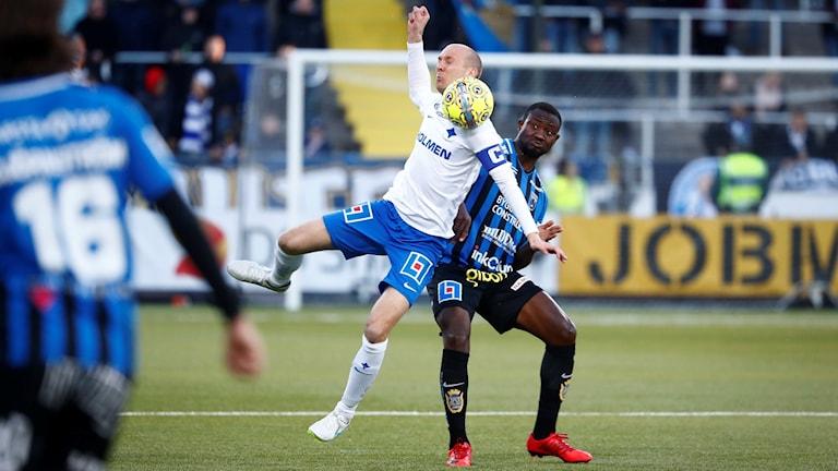 Norrköpings Andreas Johansson (tv) i kamp om bollen med Sirius Moses Ogbu under måndagens allsvenska fotbollsmatch mellan IFK Norrköping och IK Sirius på Östgötaporten.