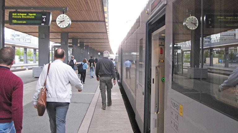 Tåg på perrong i Uppsala.