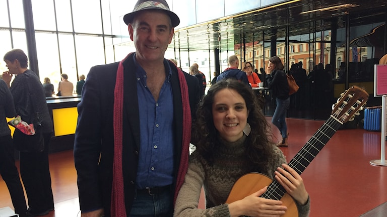 Festivalarrangören Klaus Pontvik och gitarristen Laura Snowden.