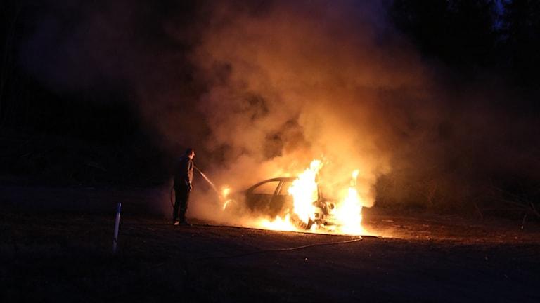 Tre kroppar hittade i brinnande bil i Storvreta.