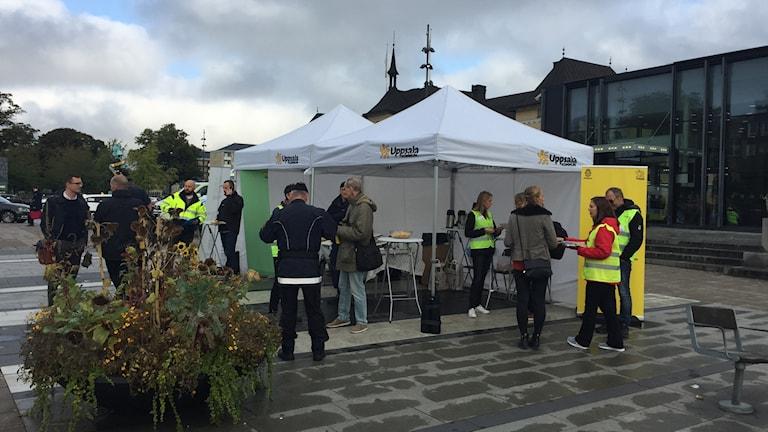 Kommunen och polisen på plats under tält i resecentrum.