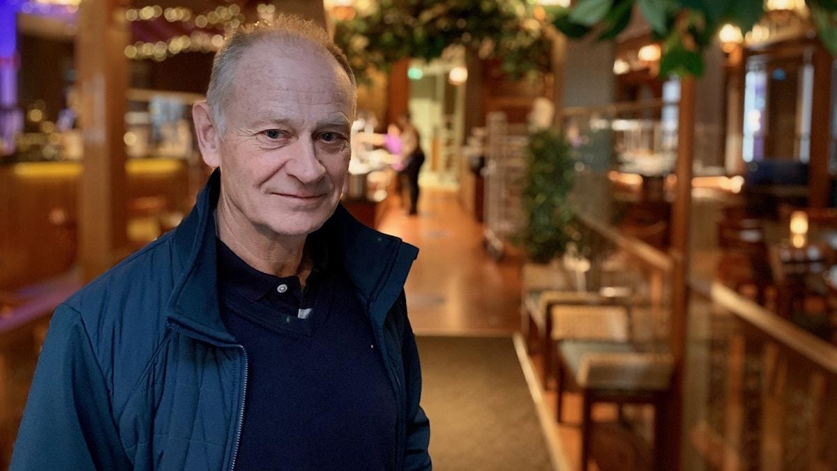 Kent Bjuhr står vid ingången till hans restaurang Amazing Thai i Uppsala.