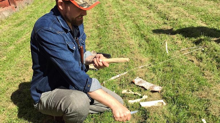 Jonas Landolsi förbereder för att göra upp eld i det vilda.