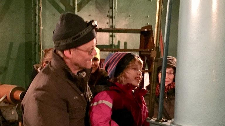 Ett barn tittar i teleskop