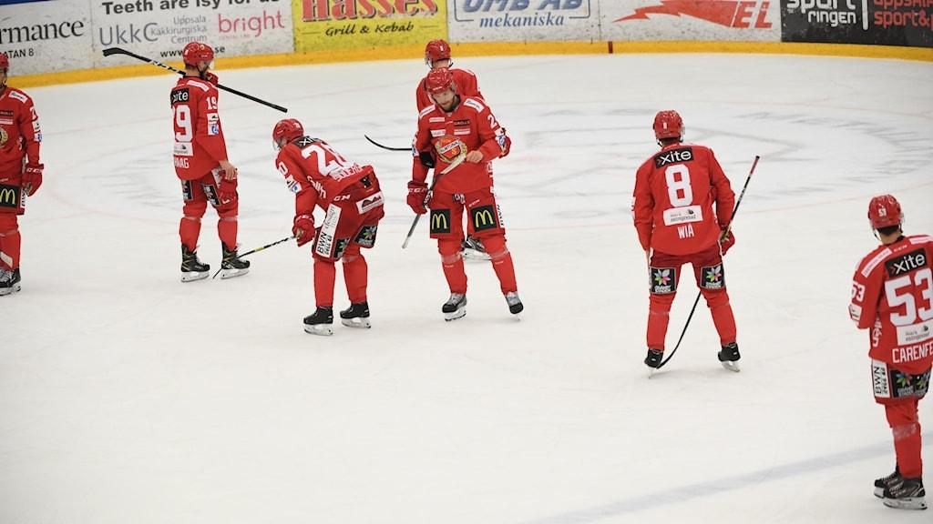 Hockeyspelare i Almtuna stå på isen.