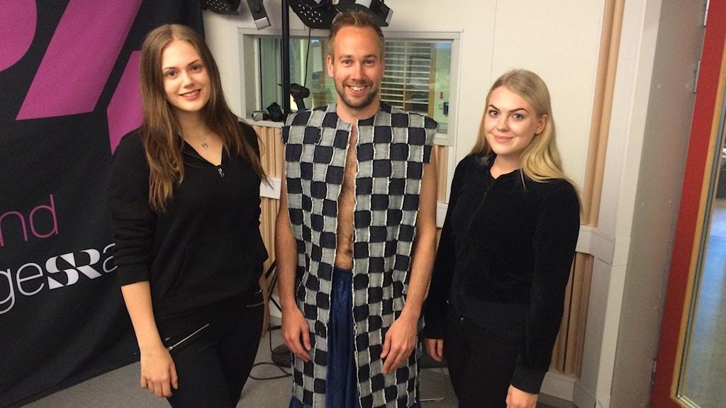 Mattias testar hållbart mode med Maja Öhrmalm och Frida Silvereke. Foto: Mona Wahlund/Sveriges Radio