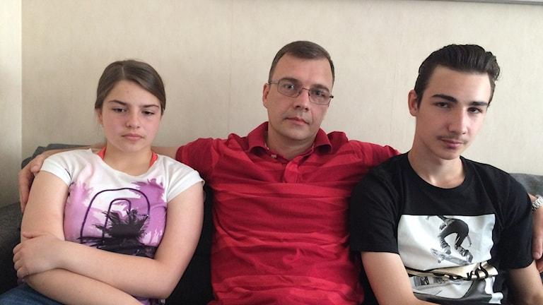 Familjen Kutic med far och två barn.