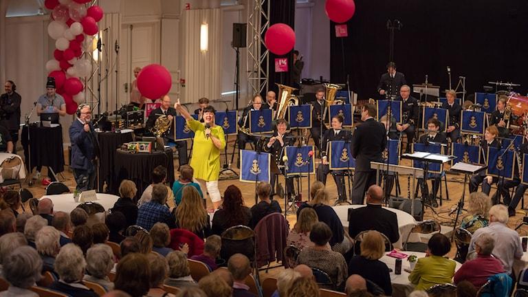 Lisa Syrén framför Marinens Musikkår.