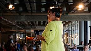 Lisa Syrén och frågepärmen på bordet. Foto: Alexander Donka/Sveriges Radio