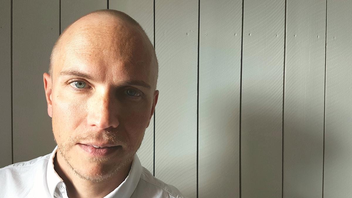 Fredrik Westerlund i radiostudion.