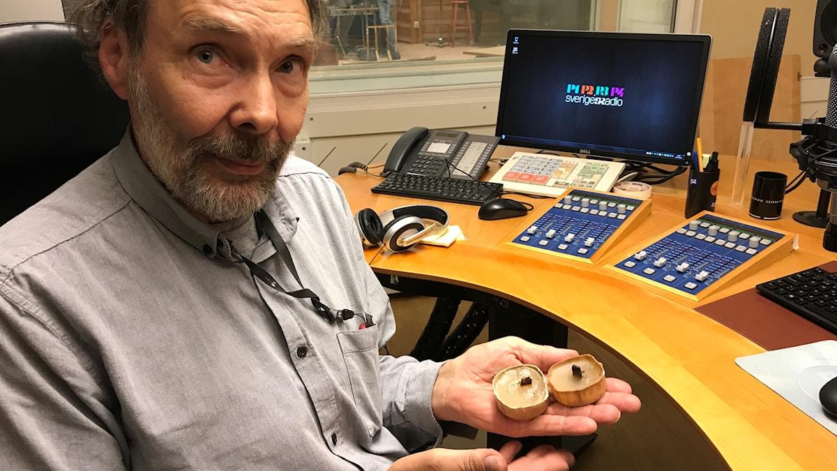 Mats Caldeborg visar skyttegravsljus som flutit iland vid Järnäsklubb