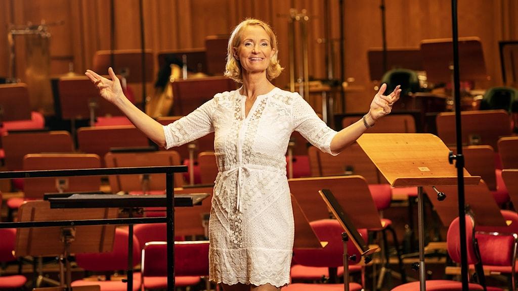 Bibi Rödöö är konferencier för Sommarvärdarnas önskekonsert i Berwaldhallen. Foto: Mattias Ahlm/Sveriges Radio