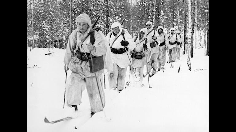 Första frontbilderna från Svenska frivilligkåren i Finland i mars 1940 - här patrull ur löjtnant Grafströms jägarkompani. Foto: SVT Bild
