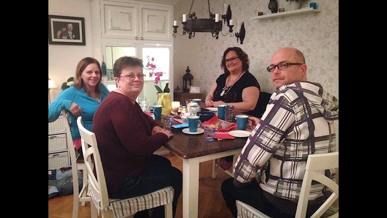 Kropp & Själ – Längtan efter gemenskap Marléne Rhodin Näsvall med sina nyfunna vänner hemma i köket i Östersund.  Foto: Moa Soltanian Magnusson