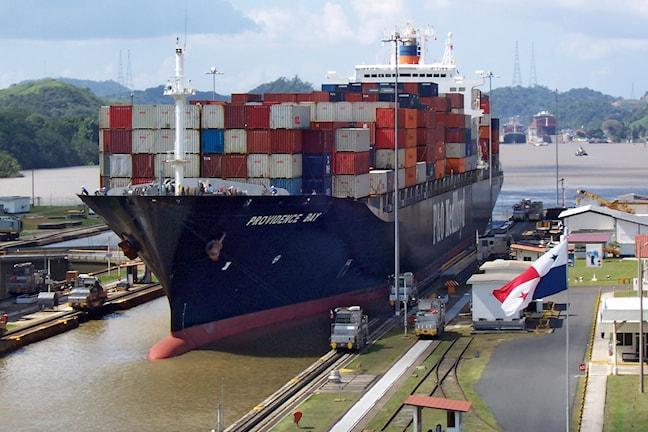 Vetenskapsradion Klotet - Nicaraguakanalen, räddning eller katastrof? Fartyg på väg in i en sluss i Panamakanalen. Kanalen genom Nicaragua ska enligt planerna bli dubbelt så lång, dubbelt så bred och dessutom djupare.  P1 Sveriges Radio. Foto: Wikemedia commons/Biberbaer.