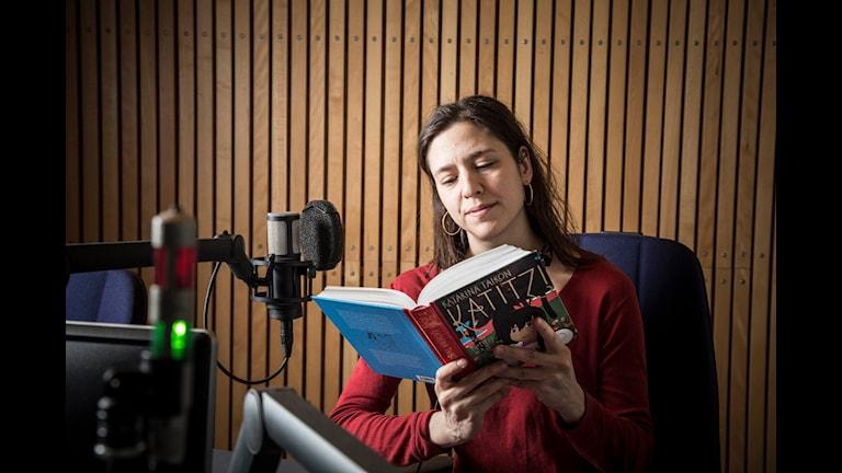 Philomene Grandin läser Katitzi för Barnradion i P4.Foto: Micke Grönberg/Sveriges Radio