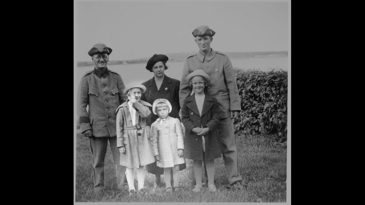 Thorild och Margareta Söderström, numera Jordung och Oja framför sina föräldrar Fritz och Annie. T. h. Axel Rogstam, som låg inkallad i Karlsvik och framför honom dottern Gunvor. Foto: Privat