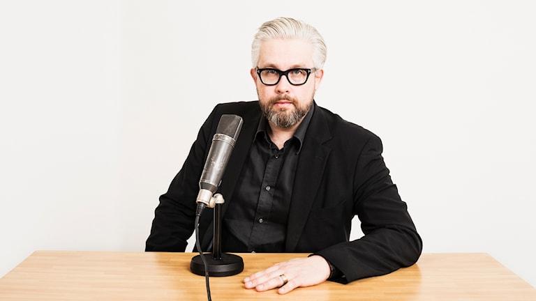 Bengt Strömbro vid en mikrofon. foto: Mattias Ahlm/Sveriges Radio