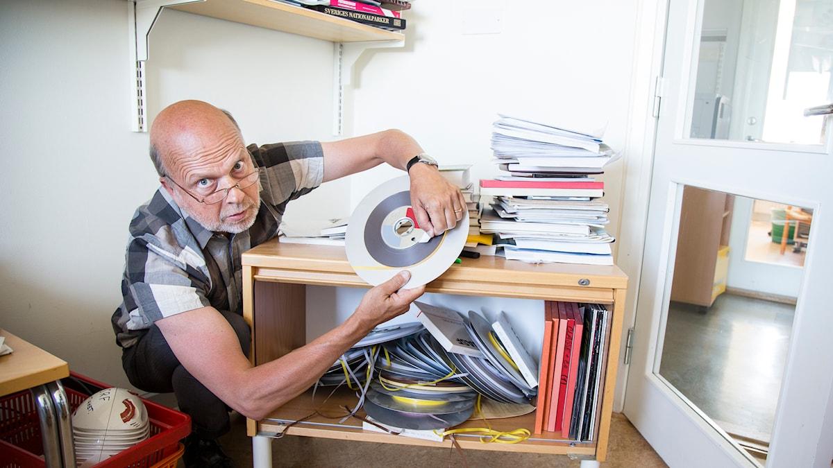Gunnar Bolin rotar i sitt gamla bandarkiv Foto: Micke Grönberg/Sveriges Radio