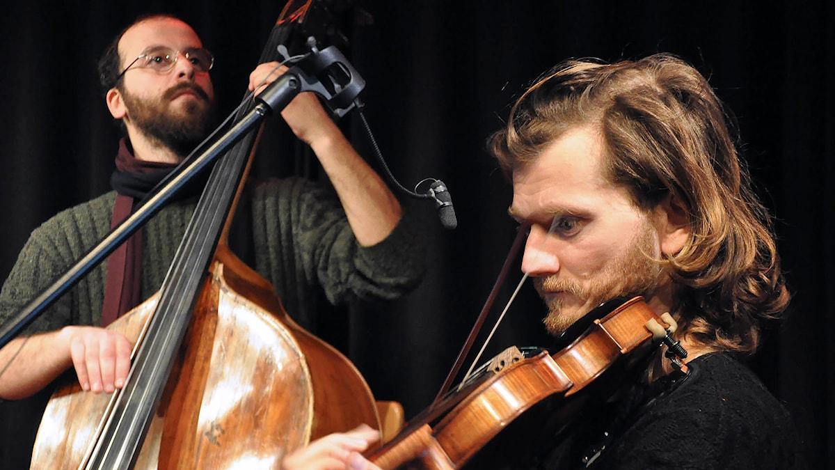 P2 Live – Folk- och världsmusik Neda Pavlos Spyropoulos, bas och Giorgios Papaioannou, fiol  Foto: Mats Einarsson/Sveriges Radio