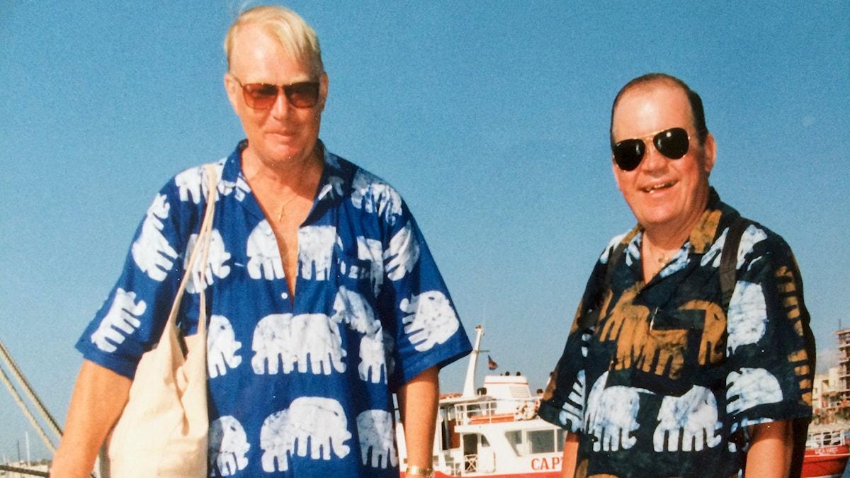 Ingwar och Rolf i solen någonstans i världen. Foto: Privat.