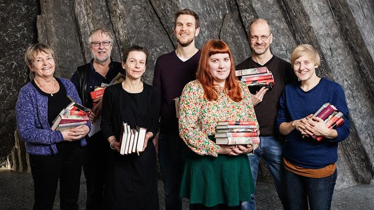 Sveriges Radios Romanpris. Lyssnarjuryn 2016. främre raden: Gunilla Gålne, Anja Magnusson, Ninni Skön, Emlan Wolke. bakre raden: Per-Olow Hedman, Henrik Gåverud, Roger Svedberg. P1 Sveriges Radio.
