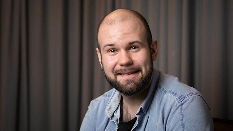 David Kafft läser Billy-böckerna. Foto: Micke Grönberg/Sveriges Radio