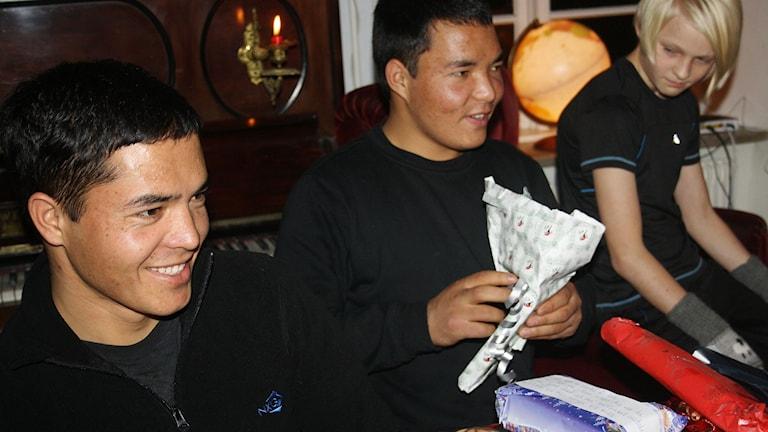 Tendens - Två afghanska brorsor i familjen Zekrullah och Hamza från Afghanistan bor hos familjen Niklasson på Gotland.  Foto: Privat