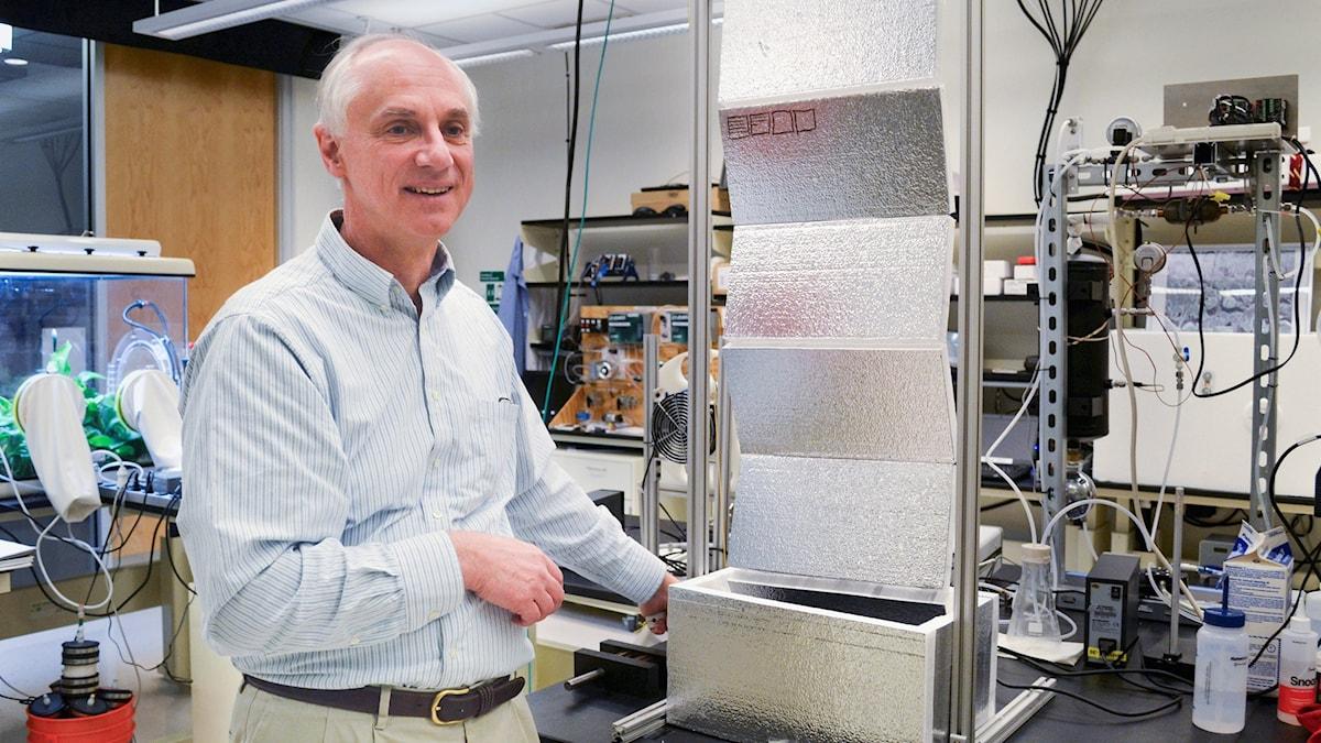 Vetenskapsradion Klotet. Forskaren Klaus Lackner på Arizona state university visar upp en panel med ett material som kan binda koldioxid från atmosfären.  P1 Sveriges Radio.