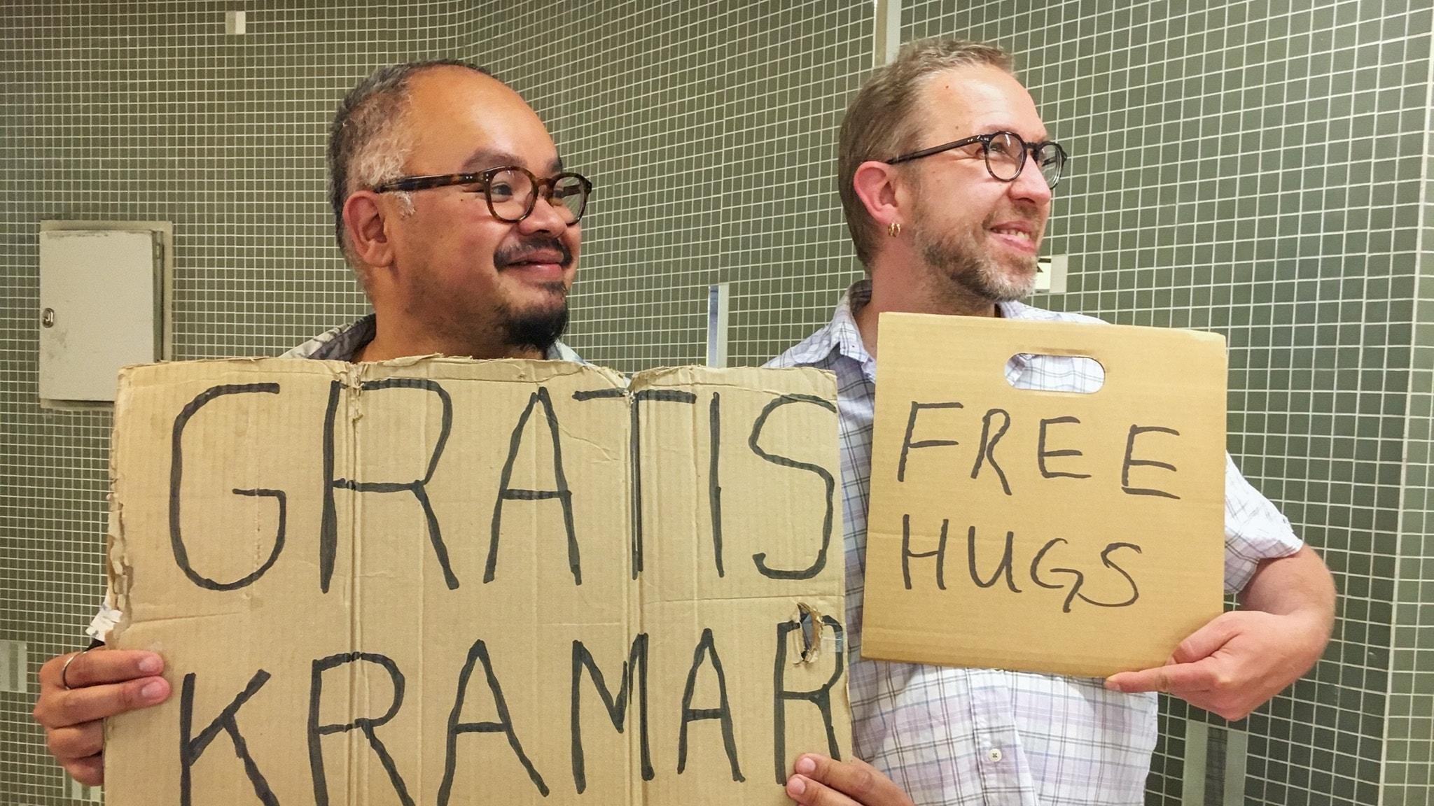 Foto: Jesper och Micke delar ut kramar.