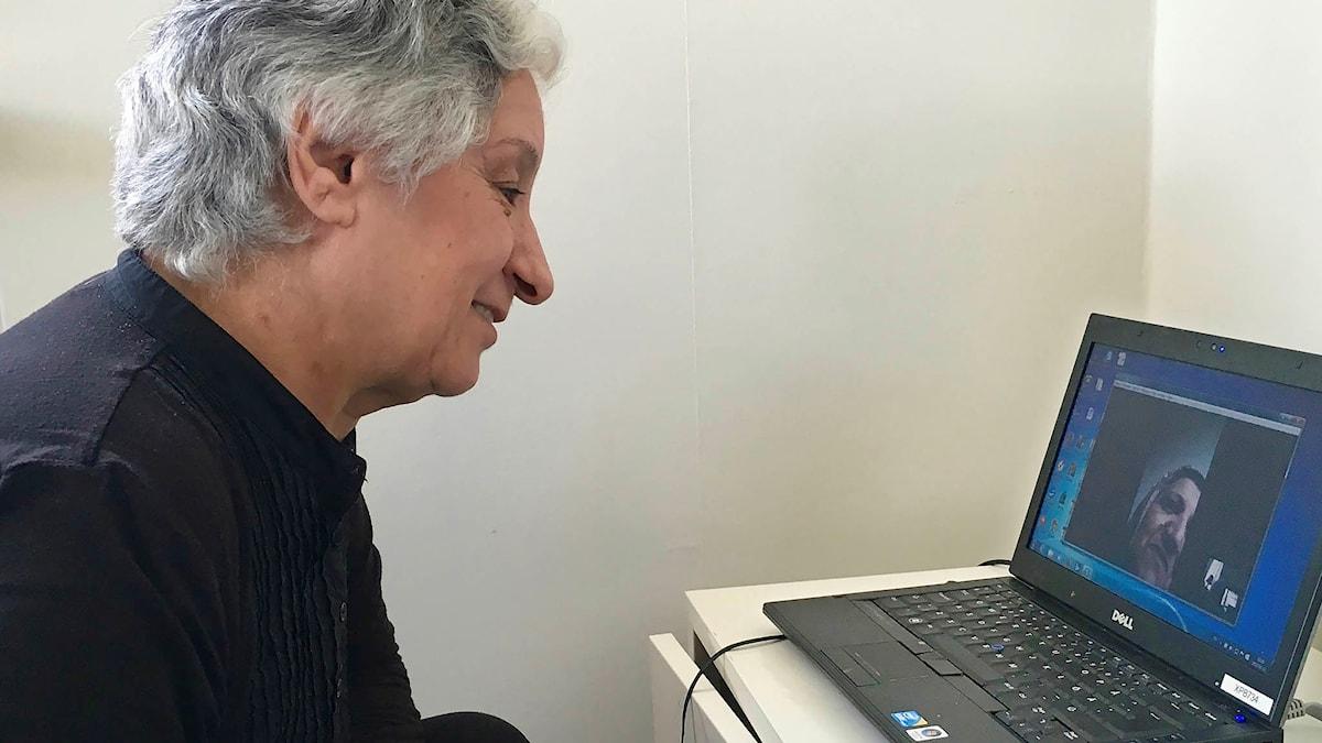 Pyramiden: Går det att lära gamla hundar twittra? För pensionerade Mariam Abu-Iseifan är datorn och tekniken en nödvändig länk till hennes syster och släkt i Libanon. Foto: Lars Mogensen