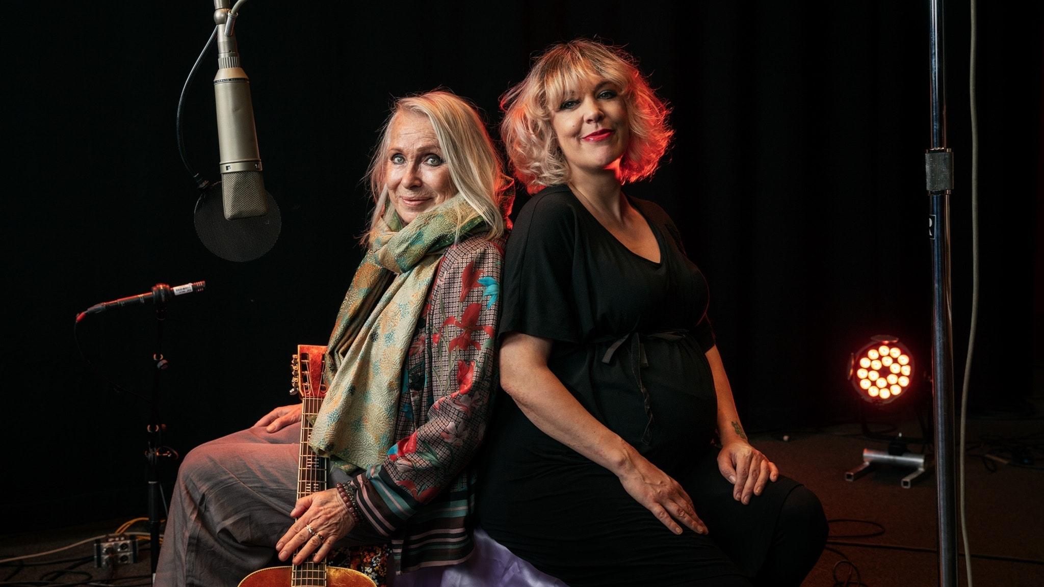 Marie Bergman och Marit Bergman sitter rygg mot rygg. Foto: Mattias Ahlm/Sveriges Radio
