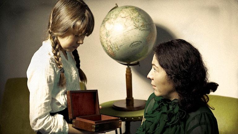Cecily (Gloria Tapia) och Matilda (Sara Simone) känner att något är fel när dimman väller in över skeppet.