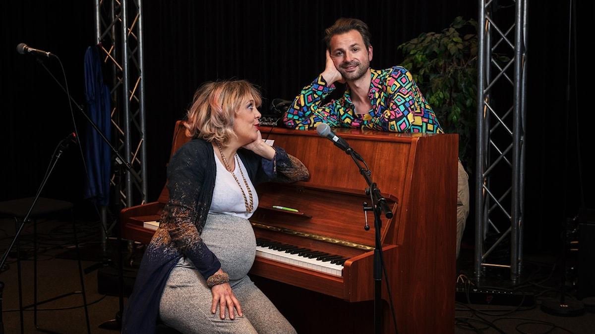 Marit Bergman och Ola Salo vid ett brunt piano. Foto: Mattias Ahlm/Sveriges Radio