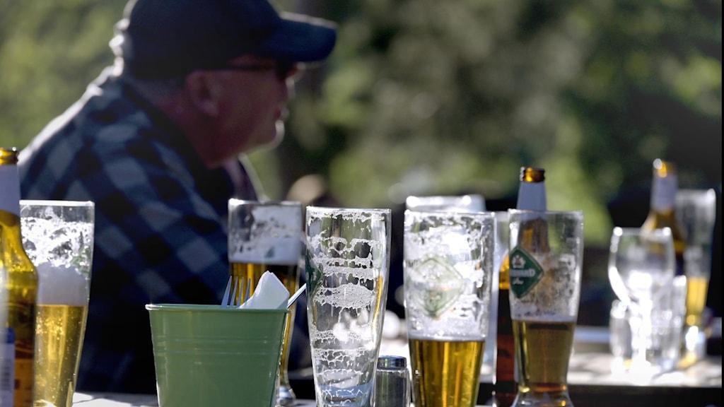 Semester innebär ett ökat alkoholintag för många. Det gäller dock att sätta en gräns för sig själv menar överläkaren Fredrik Spak på beroendekliniken på Sahlgrenska Universitetssjukhuset.