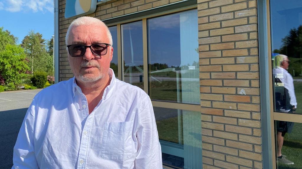Lars Jacobsson står utanför Rabbalshede kraft där han arbetar