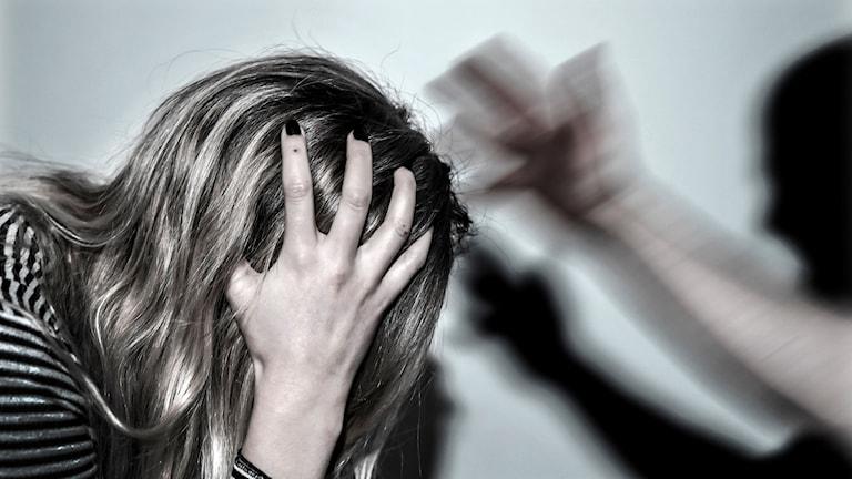 genrebild där en kvinna med ljust hår blir slagen.