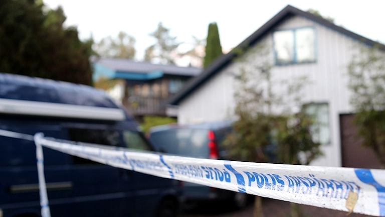 Polis, tekniker och avspärrningar vid den styckade mannens bostad. Björn Larsson Rosvall / TT