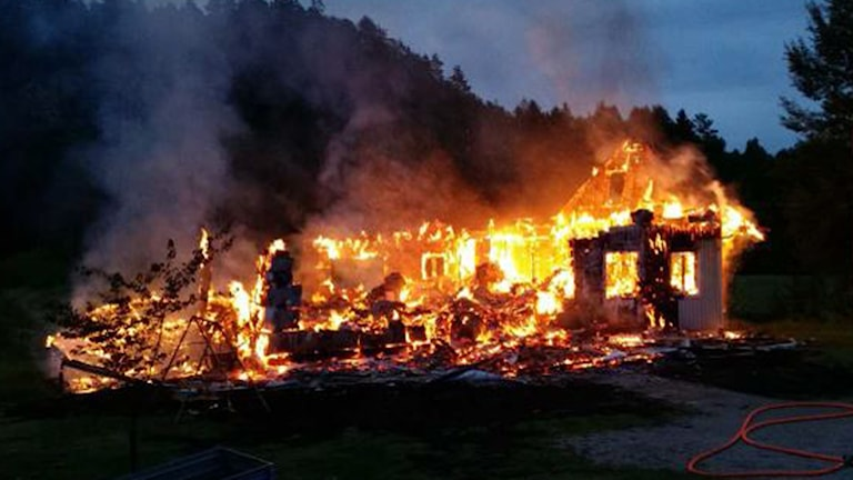 Bild på villa som brinner på natten. Foto: Polisen