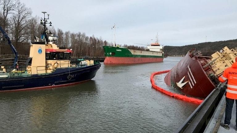 Fartyget Navet passerar det grundstötta fartyget Sternö i Lilla Edet. Foto: Sjöfartsverket
