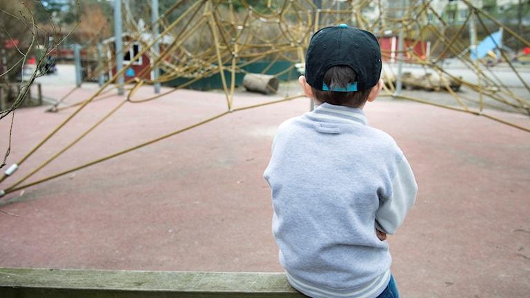Ensamt barn på lekplats. Foto: Jessica Gow/TT.