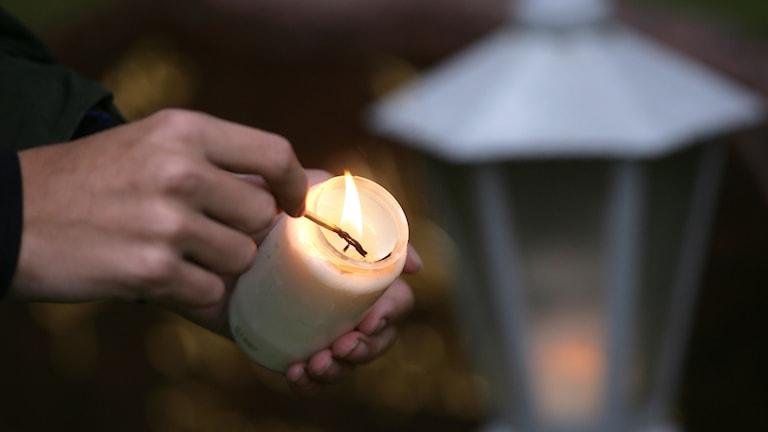 Bild på ett gravljus som tänds