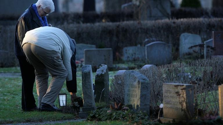 Ett par besökare på en kyrkogård