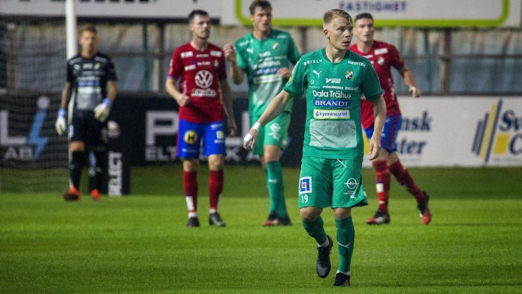 Ljungskile SK's Johan Svahn står på fotbollsplanen och tittar efter bollen