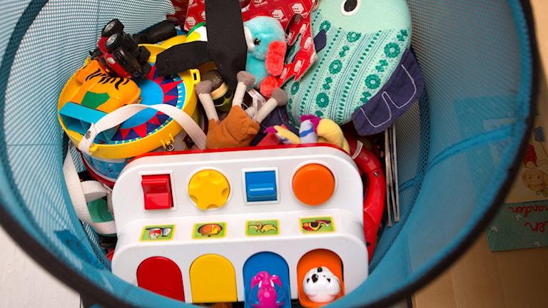En korg med leksaker. Foto: DRAGO PRVULOVIC / TT
