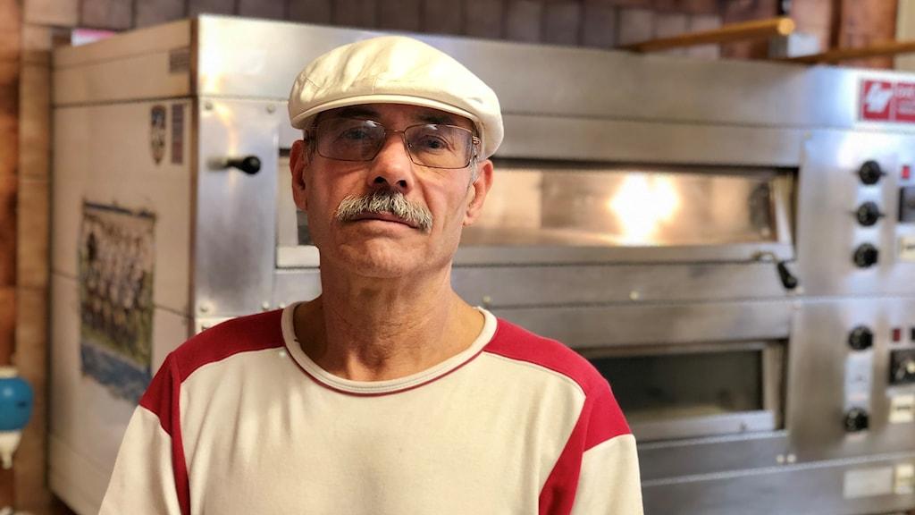 """""""Jag får inte visa hur jag mår på jobbet. Det är viktigt att bemöta kunderna med ett leende"""", säger Ahmed Troudi."""