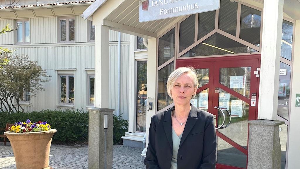 Åsa Engedotter, tillförordnad socialchef, står framför entrén till Tanums kommunhus.